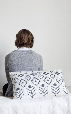 Saana and Olli for Novita, Knitted cushion cover made with Novita Hanko yarn #novitaknits #knitting #knits https://www.novitaknits.com/en Picture: Suvi Kesäläinen