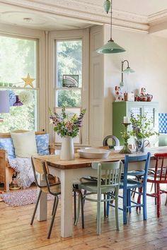 Des chaises dépareillées pour une maison de campagne stylée.