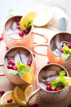 And easy Moscow Mule recipe with cranberry juice, ginger beer and a hint of citrus! Recipe With Cranberry Juice, Cranberry Juice Benefits, Cranberry Recipes, Moscow Mule Drink, Moscow Mule Recipe, Dark Chocolate Cakes, Christmas Cocktails, Holiday Cocktails, Winter Drinks