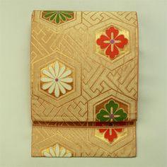 Gold, rokutsu fukuro obi / 金色 亀甲花菱柄 六通 袋帯 Japanese Costume, Japanese Kimono, Japanese Art, Summer Kimono, Kimono Fabric, Yukata, Tattoo Inspiration, Embroidery Designs, Gift Wrapping