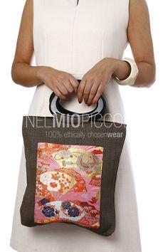 Borsa con doppio manico rigido, pezzo unico realizzato a mano. Materiali: lino con inserto in seta di kimono giapponese anni '50-'60. I manici sono in legno laccato.