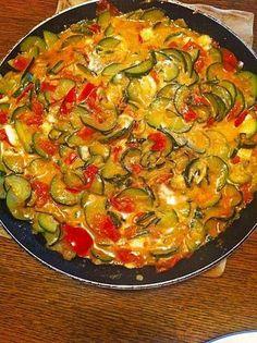 Panela de tomate e abobrinha com queijo feta - Käse - Chef Salad Recipes, Healthy Salad Recipes, Dinner Recipes, Cooking Recipes, Healthy Vegetable Recipes, Healthy Vegetables, Lacto Vegetarian Diet, Vegetarian Recipes, Tomate Zucchini