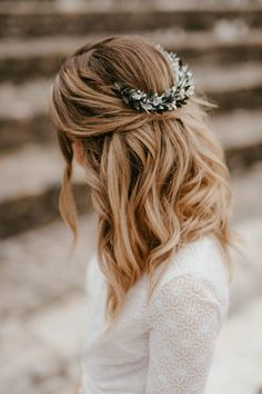 Distinctive and Artistic Lengthy Turquin bridal comb – Anaïs Nannini – Les Fleurs Dupont – Floral accent You are in the right place about wedding. Wedding Dress With Veil, Wedding Veils, Bridal Comb, Bridal Hair, Country Chic Outfits, Wedding Looks, About Hair, Wedding Hair Accessories, Bride Hairstyles