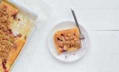 Ja dit lekker. Een lekkere zoete en crunchy kruimelcake met rood fruit. Mmm.
