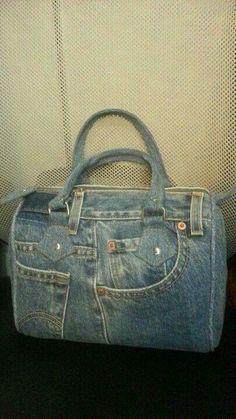 La fabrique de maman: Sac piscine Denim Handbags, Denim Tote Bags, Denim Purse, Tote Purse, Blue Jean Purses, Denim Crafts, Recycled Denim, Purses And Bags, Leather Wallets