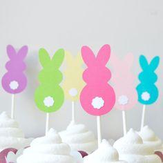Estos Toppers de Cupcake conejito Pascua hará su Pascua postres tan lindo! Estos conejitos son la combinación perfecta de hermosos colores brillantes para un look moderno fresco. Los colores son bebé rosa, caliente, rosado, amarillo, brillante verde, turquesa y violeta con cola blanca. Usted recibirá una docena 12 conejitos, que pueden utilizarse como torta o cupcake toppers, selecciones de comida o decoraciones de la tabla. Son una cara y se unen a palillos del lollipop robusto. Hecho…