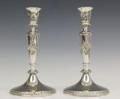 Paar eenlichts kandelaars in Louis XVI stijl. Mt. Fa. Reeser, Den Haag, jl. 1895, 1e gehalte