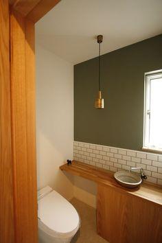 Cream walls and subway tile, green accent paint pendant light Washroom Design, Toilet Design, Japanese Home Design, Japanese House, Tiny Bathrooms, Amazing Bathrooms, Fixer Upper House, Modern Toilet, Natural Interior