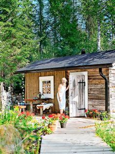 Vanha hirsisauna Keski-Suomessa   Meillä kotona Finnish Sauna, Saunas, Gazebo, Cottage, Outdoor Structures, Cabin, House Styles, Plants, Home Decor