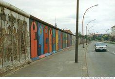 De East Side Gallery in Berlijn is een beroemd deel van de Berlijnse muur en misschien wel een van de meest beroemde symbolen voor de vrede. Het 1,3 kilometer lange stuk muur is volledig beschilderd met kunstwerken van allerlei kunstenaars van over de hele wereld. Het monument werd in 1990 opgericht als ode aan de vrede maar ook als herinnering aan de gruwelheden die de Duits/Duitse deling veroorzaakte. In dit artikel meer over dit bijzondere stukje muur en waarom het veel meer is dan s...