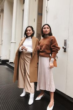 Get inspired with these two stunning fall outfits. Stylish Winter Outfits, Spring Outfits, Japan Outfits, Catwalk Collection, Layered Fashion, How To Pose, Mode Hijab, Fashion Outfits, Womens Fashion