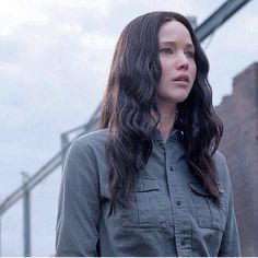 Jennifer Lawrence as Katniss Everdeen in Mockingjay In theaters November 21 Hunger Games Costume, Hunger Games Pin, Hunger Games Mockingjay, Hunger Games Catching Fire, Hunger Games Trilogy, Katniss Everdeen, Katniss And Peeta, Suzanne Collins, Jennifer Lawrence