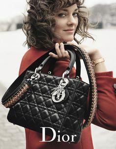 Às margens do Sena, Marion Cotillard posa para nova campanha da Dior
