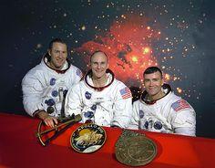 La tripulación original del Apolo 13. De izquierda a derecha: Comandante, James A. Lovell, Piloto del Módulo de Mando, Thomas K. Mattingly y Piloto del Módulo Lunar, Fred W. Haise. Sobre la mesa delante de ellos están de izquierda a derecha, un modelo de un sextante, la insignia de Apolo 13, y un modelo de un astrolabio.