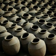 Captured by - @shutterbug_ronak The symmetric Pottery! I've been always fascinated to watch such systematically placed pots one beside the other. . . . #Instagram #communityfirst #Indiapictures #_soi #Storiesofindia #Instagram_ahmedabad #Oyemyclick #desi_diaries #getgalvanised #streetphotography #symmetrykillers #simplicityeverywhere #VSCO #VSCOcam #Minimal #Vscogrid #nothingisordinary #Symmetry #SymmetricalMonsters #instagood #Travel #learnminimalism #Wanderlust #indianphotography…