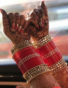 Wedding Chura, Indian Wedding Bride, Indian Wedding Jewelry, Indian Jewelry, Indian Bangles, Marathi Wedding, Punjabi Wedding, Indian Weddings, Indian Bridal Outfits
