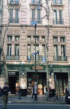 Café Tortoni, uma das cafeterias mais tradicionais e antigas de Buenos Aires Cool Places To Visit, Places To Go, Places Around The World, Around The Worlds, Argentina Travel, South America Travel, Adventure Is Out There, Holiday Travel, Day Trip