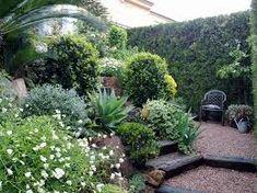 Resultado de imagen para jardin en desnivel con piedras #jardinesconpiedras