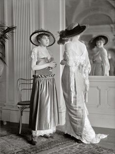 Beautiful Fashion Photo 1914. Với những chiếc đầm được làm bằng lụa dài, đây là những trang phục mặc ở nhà của những người phụ nữ trong thời đại này.