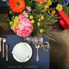カラフルな虹のカラーに、ネイビーを添えて。 #originalwedding #weddingdecoration #crazywedding #結婚準備  #クレイジーウェディング #colorful #norainnorainbow #tablecordinate