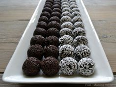 Homemade spherical spheres in 5 minutes - my very best recipe .- Homemade ice cream balls in 5 minutes – my very best recipe that does not require you to first bake a cake and can not eat it. Cake Recipes, Dessert Recipes, Desserts, Chocolates, Fudge, Danish Food, Sweets Cake, Homemade Ice Cream, Food Cakes