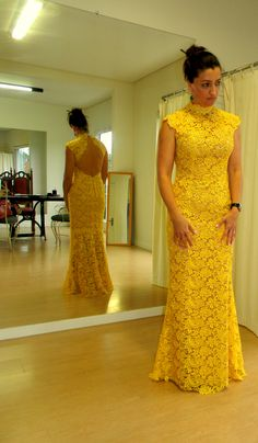 #Renda Guipir amarela . African Maxi Dresses, African Beauty, Lace Design, Lace Dress, Autumn Fashion, Gowns, Fashion Outfits, Formal Dresses, Clothes