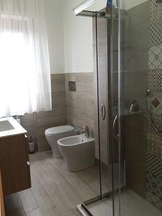 """""""Home is where the heart is"""": Bagno in stile di Carmine Mergiotti, Architetto, Moderno Modern Small Bathrooms, Modern Bathroom Tile, Bathroom Design Small, Bathroom Interior Design, Bathroom Faucets, Sinks, Bad Inspiration, Bathroom Inspiration, Bathroom Ideas"""