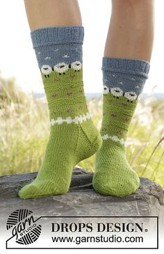 Knitted socks in multi-colored pattern in DROPS Fabel. Free knitting pattern by DROPS Design. Crochet Socks, Knitted Slippers, Knitting Socks, Knit Crochet, Knitting Needles, Knitted Socks Free Pattern, Knit Socks, Drops Design, Knitting Patterns Free