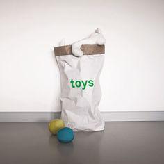 Opbergzak Toys is een witte paperbag met knal groene letters. De opbergzak is gemaakt van dubbellaags versterkt papier en 100% biologisch afbreekbaar.