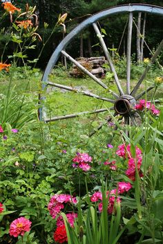 Wagon wheel mixed in with flowers..so pretty!