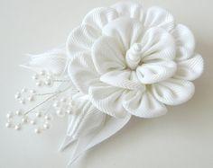 Kanzashi fabric flower hair clip.White fabric flower. por JuLVa