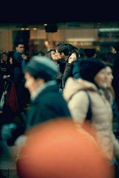 All'aeroporto. Si corrono incontro a braccia spalancate, esclamano ridendo: Finalmente! Finalmente! Entrambi indossano abiti invernali, cappelli caldi, sciarpe, guanti, scarpe pesanti, ma solo ai nostri occhi. Ai loro – sono nudi. (Wislawa Szymborska)