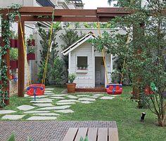 As paisagistas Daniela e Maria do Rosário Ruiz e Drica Diogo, da Pateo Arquitetura e Paisagismo, criaram esta área infantil no jardim. O pergolado sustenta os balanços de plástico, que ficam protegidos pela sombra da ipomeia-rubra #backyard #landscaping #ideas
