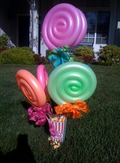 Lollipop Centerpiece with popcorn container, bright bows and colorful sticks. They did the lollipops with balloons! Lollipop Centerpiece, Balloon Centerpieces, Lollipop Decorations, Deco Ballon, Candy Land Theme, Party Decoration, Candy Party, Baby Shower, Candyland