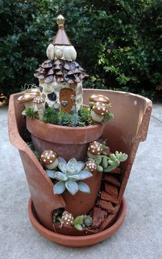 Jean's mini garden in a broken pot . So far my favorite broken pot garden. Fairy Pots, Mini Fairy Garden, Fairy Garden Houses, Gnome Garden, Fairy Gardening, Broken Pot Garden, Pot Jardin, Cactus Y Suculentas, Miniature Fairy Gardens