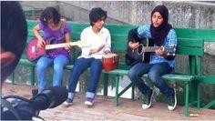 Luce 'comunque' accesa.  (Praagaash, ''luce del mattino'', non esiste più. La prima band rock di donne del Kashmir si è sciolta dopo un sola performance per le minacce della comunità islamica, fra cui quella del Gran Mufti della regione.Il Kashmir,pur avendo una lunga tradizione musicale,è sotto il costante attacco culturale dei militanti islamici e in molti,ora anche le tre ragazze Praagaash,hanno smesso di comporre musica e riprodurla in pubblico.Segnalare è un modo di tenere la luce…
