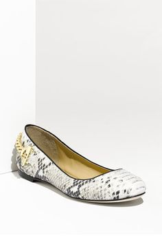Now that I'm heading back to work... I need some flats to wear at the tradeshows.  This is great for a comfy but chic look!