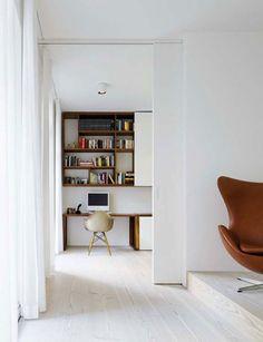 avec des petites portes coulissantes em blanc pour qu'il s'intègre à l'espace de vie!!