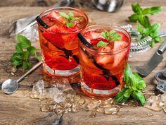 So prickelnd schmeckt der Sommer! Der Hugo wird rot und Campari Tocco Rosso zum Trend. Ein fruchtig-süßer Cocktail mit Minze und Eiswürfeln.