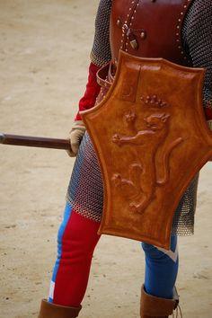 Corteo storico dell'Assunta 2008. Comparsa della Contrada della Pantera: Uomo d'Arme. Foto tratta dal sito http://palio.be/