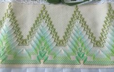 Pano de prato bordado com ponto vagonite no Elo7 | Ateliê Fina Flor (E8D0D6) Swedish Embroidery, Hand Embroidery, Swedish Weaving, Bargello, Lily, Rainbow, Blanket, Crochet, Stitches