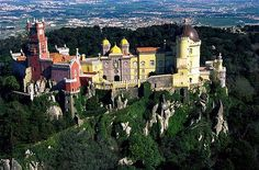 Palácio da Pena  Pena Palace stands on top of a hill above the Portuguese town of Sintra.   The palace was built on the remains of a Hiëremonietenklooster (my next task is to find out what this means!). In the building are different styles combined. This magical combination is a clear manifestation of the romantic movement of the 19th century