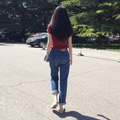 Red top blur mom jeans and white shoed Korean Fashion Trends, Asian Fashion, Girl Fashion, Fashion Outfits, Womens Fashion, Mode Ulzzang, Ulzzang Girl, Grunge Style, Soft Grunge