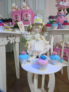 Confeiteira e sues cupcakes em toalhas   Artes da Fada