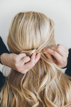 Barefoot Blonde teaches us a thing or two about easy half-up hairdos.