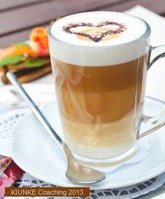 latte macchiato mit schokopulver in herzform
