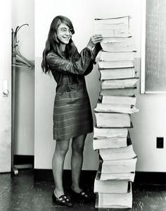 アポロ計画でプログラムコードを開発した女性エンジニア「マーガレット・ハミルトン」がソースコードの隣に立っている写真がスゴイ! - Togetterまとめ