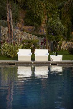 Laissez vous charmer par la gamme KAMI pleine de classe et de modernité. Différents fauteuils en polyéthylène au design très élégant et juxtaposables pour équiper extérieur ou intérieur. Une table basse de jardin reprenant le célèbre art japonais.  Et toujours dans le but de vous offrir un maximum de confort !
