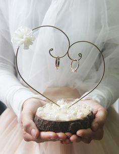 Rustikaler Ringhänger – Hochzeit – Deko – - Diy And Crafts - Rustikaler Ringhänger Hochzeit Deko - Rustic Wedding Dresses, Elegant Wedding, Dream Wedding, Wedding Day, Rustic Vintage Weddings, Boho Wedding, Desi Wedding Decor, Rustic Wedding Rings, Wedding Simple