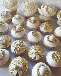 White and gold cupcakes Cupcakes Design, Cake Designs, Pretty Cupcakes, Beautiful Cupcakes, Sweet Cupcakes, Lemon Cupcakes, Strawberry Cupcakes, Wedding Desserts, Wedding Cupcakes